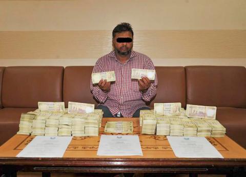 شرطة عجمان تضبط مروج عملة مزيفة بلغت قيمتها 7.290.000 روبية هندية