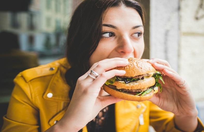 الأطعمة الدهنية والسكر قد تزيد خطر إصابة النساء بسرطان الثدي
