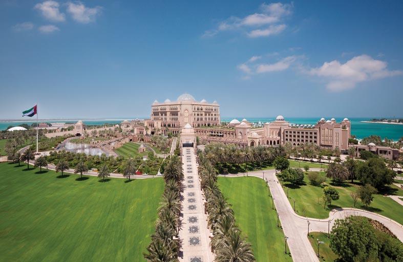 باقة احتفالية من قصر الإمارات لقضاء أروع العطلات