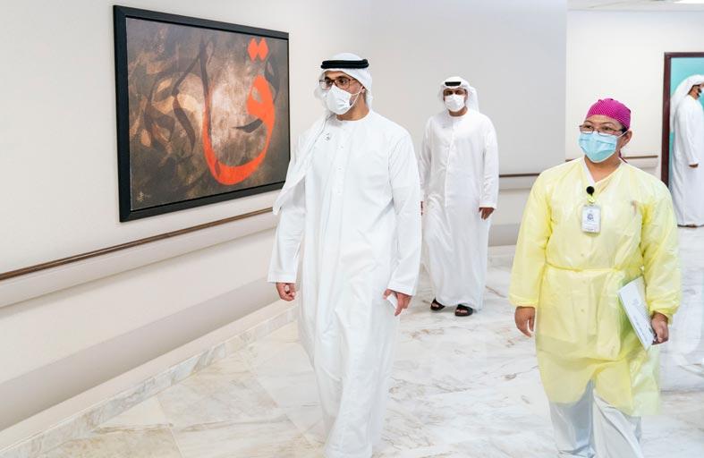خالد بن محمد بن زايد يتلقى الجرعة الأولى من لقاح كوفيد - 19 دعما للبرنامج الوطني