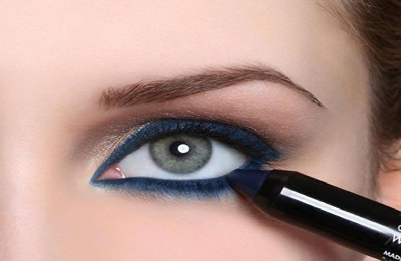 رسم العين بالكحل الأزرق لتنبضي جاذبية