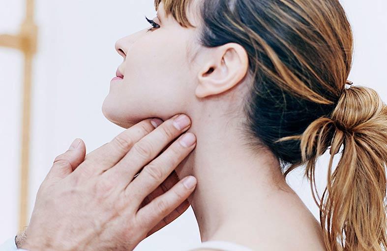 التهاب اللوزتين .. الأسباب والأعراض.. ونصائح بعد العملية