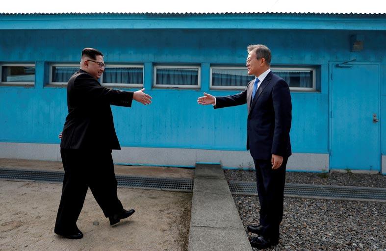 محادثات بين الكوريتين لعقد قمة وإعادة فتح مكتب اتصال