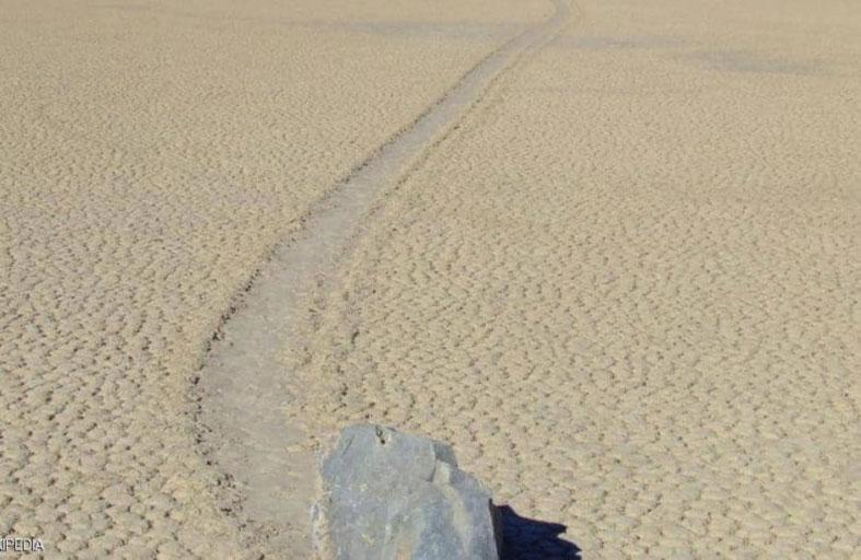 الحجارة المتحركة.. علماء يفسرون الظاهرة الغريبة