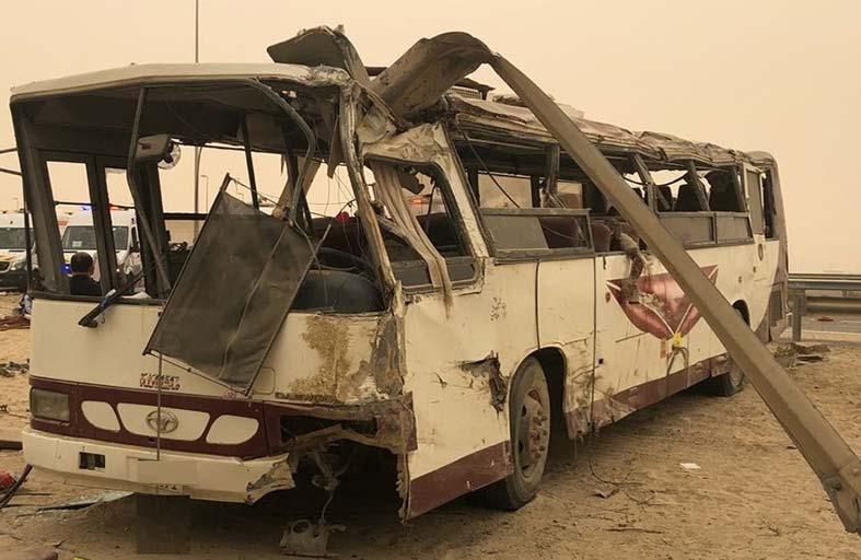 وفاة 3 أشخاص وإصابة 44 في تصادم بين حافلة ومركبتين بأبوظبي
