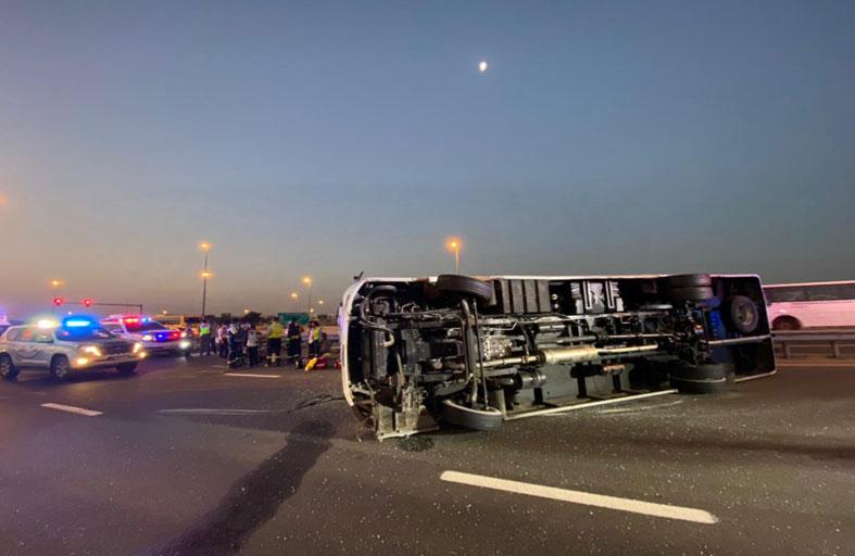 إصابة 10 أشخاص في حادث تدهور حافلة على شارع أم سقيم بدبي