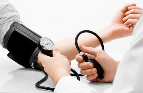 كيف نراقب ضغط الدم ونخفّضه في المنزل؟