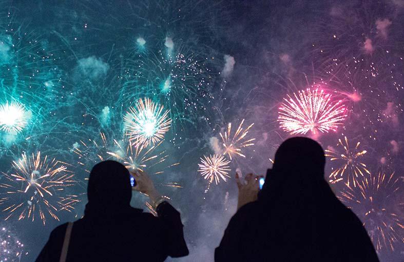 أبوظبي تستقبل العام الجديد باستعراضات ألعاب نارية مذهلة وحفلات موسيقية لألمع النجوم العرب والعالميين