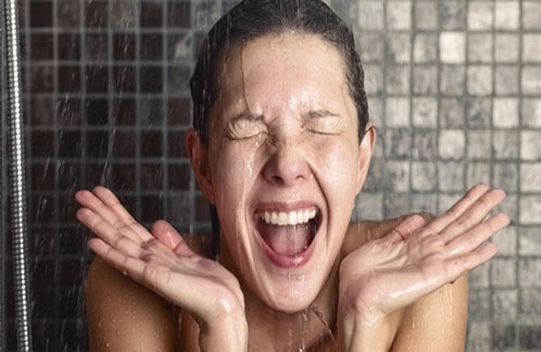 الاستحمام بالماء البارد.. يعزز صحتك العقلية والبدنية