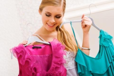 اختيار وتنسيق ألوان الملابس فن له قواعد محددة