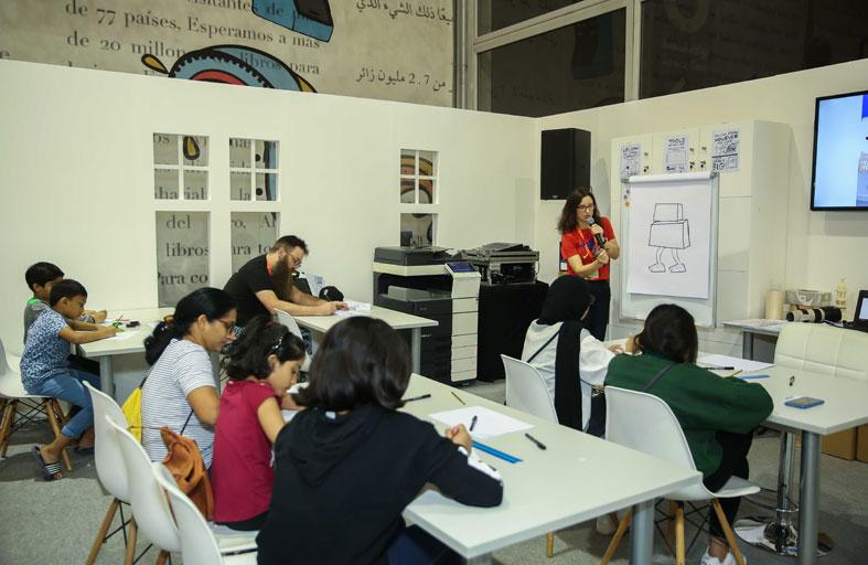 صغار «الشارقة الدولي للكتاب»  يرسمون شخصية «الثعلب الخارق»