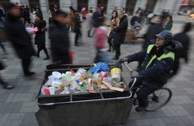 يتبرع براتبه الزهيد للأطفال الفقراء