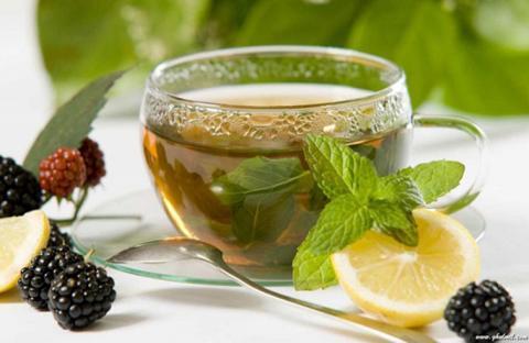 شرب الماء والشاي الأخضر يساعد على تنظيف الكبد وتنشيطه