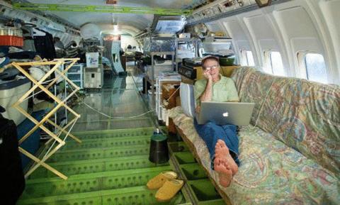 يعيش في طائرة بوينغ
