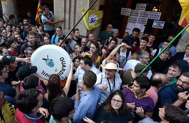 احتجاجات في كاتالونيا على توقيفات ومداهمات