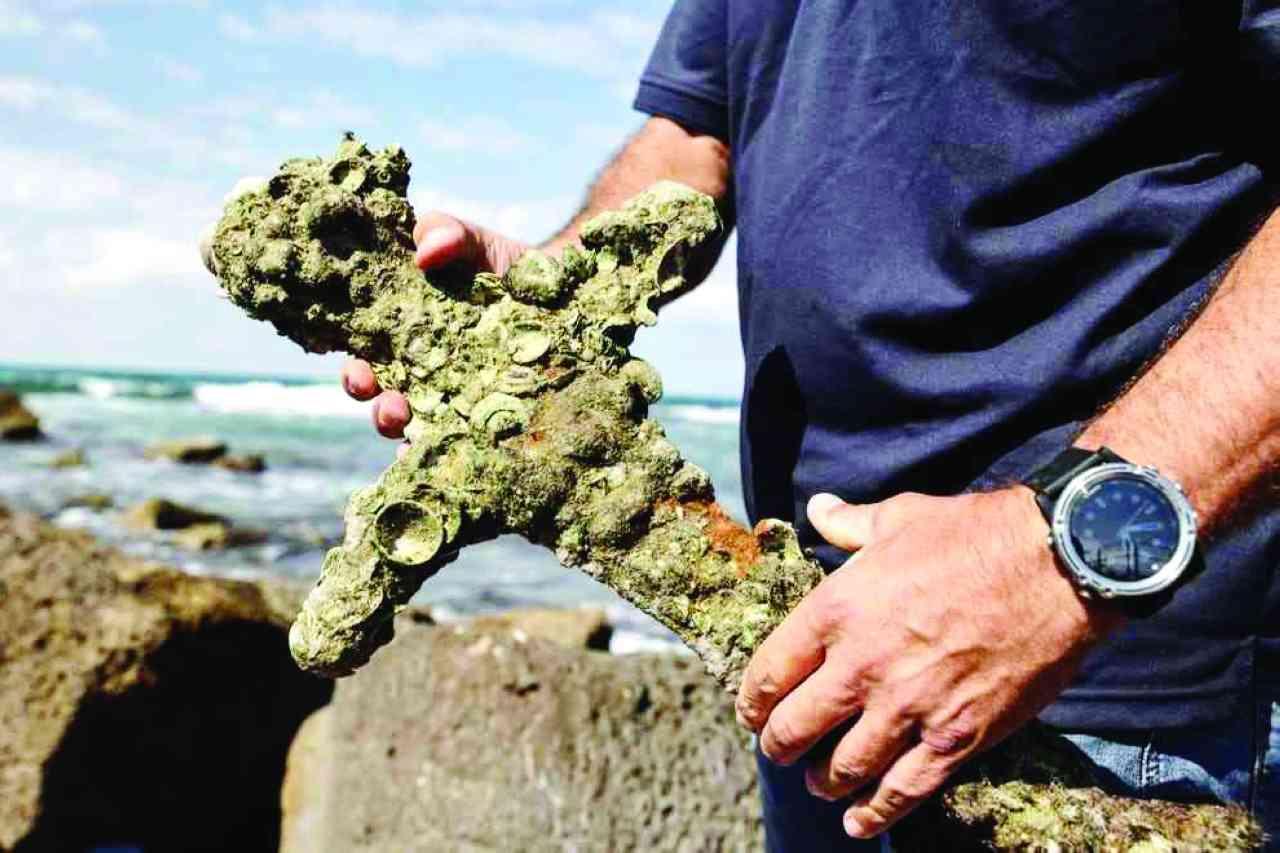 غواص يكتشف سيفا عمره 900 عام