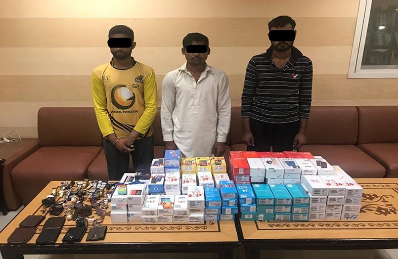 شرطة عجمان تلقي القبض على عصابة آسيوية أثناء سرقة محل تجاري