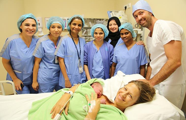 أم ألمانية تخضع لأول عملية قيصرية طبيعية في مستشفى دانة الإمارات بأبوظبي