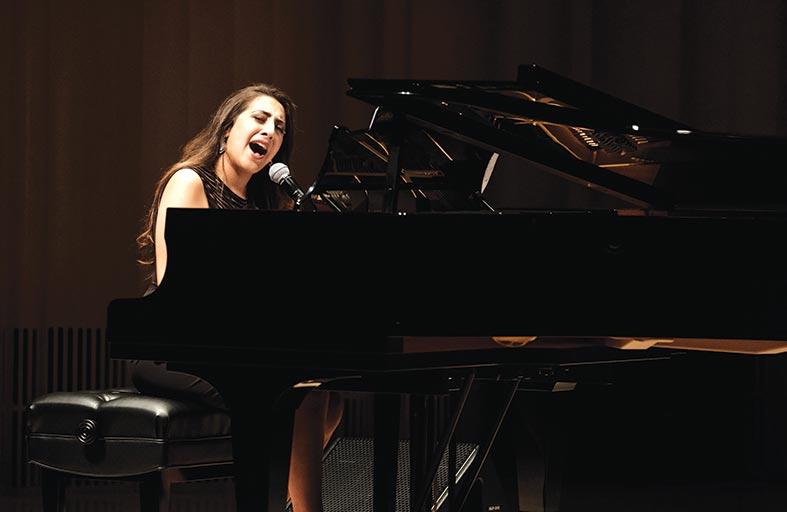 الفنانة ألانا برّاج تحيي أمسية موسيقية على خشبة مسرح مركز الفنون