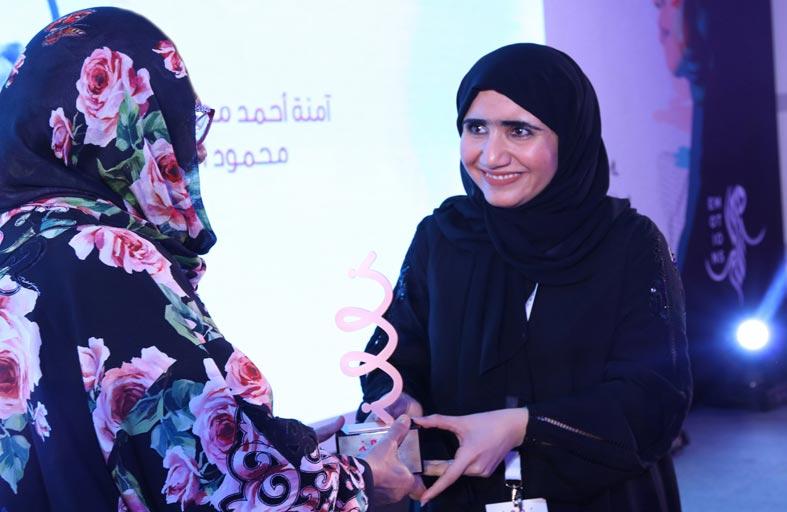 جواهر القاسمي تكرم الفائزات بجائزة «نون للفنون»