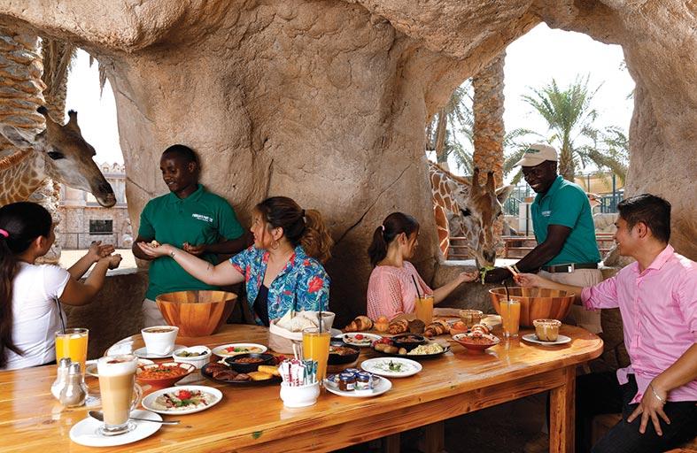 حديقة الإمارات تمنح الزوار التفاعل مع الحيوانات عن قرب