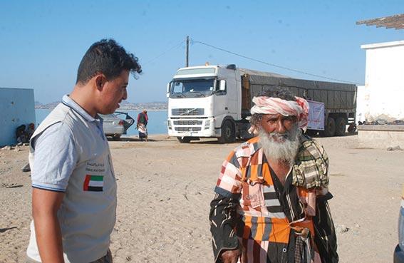 الهلال الأحمر الإماراتي يوزع مساعدات غذائية على اهالي مديرية رضوم بمحافظة شبوة