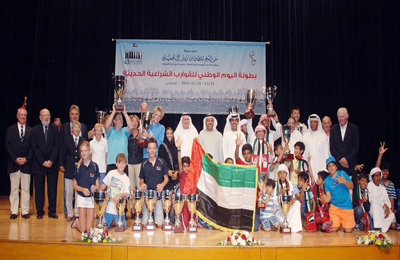 تتويج الفائزين في سباق اليوم الوطني للقوارب الشراعية