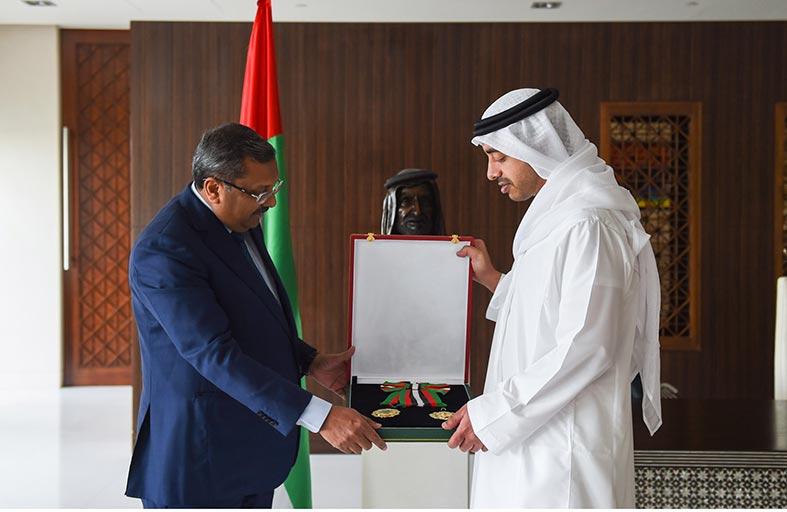 رئيس الدولة يمنح السفير الهندي وسام الاستقلال من الطبقة الأولى