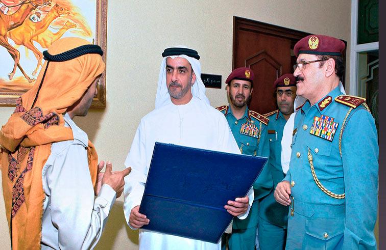 سيف بن زايد يطلع على جوائز وشهادات عالمية لشرطة أبوظبي