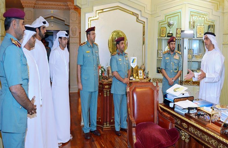 سيف بن زايد يمنح 5 منتسبين بشرطة أبوظبي ميدالية التميز الوظيفي