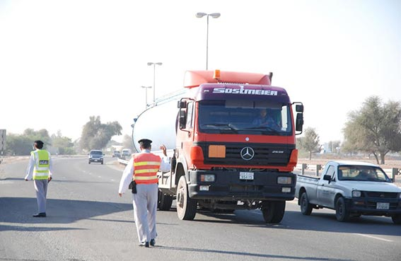 شرطة رأس الخيمة تحظر مرور الشاحنات صباحا وأوقات الذروة