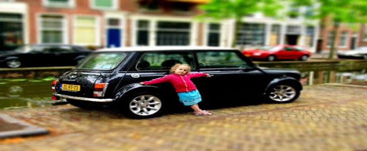 ابنة الـ3 خبيرة في انواع السيارات