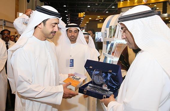 عبدالله بن زايد آل نهيان يزور جناح مركز الإمارات للدراسات والبحوث الاستراتيجية بمعرض أبوظبي الدولي للكتاب