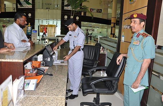 قائد عام شرطة عجمان يتابع تطبيق معايير تصنيف النجوم في مركز خدمات المرور والترخيص