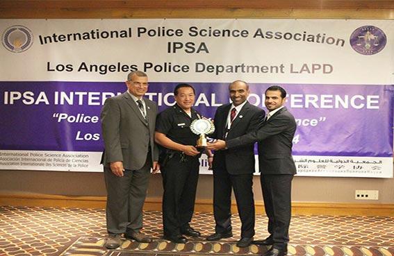 شرطة الشارقة تفوز بجائزة بحوث الشرطة والتنمية خلال مؤتمر الجمعية الدولية للعلوم الشرطية بلوس انجلوس بأمريكا