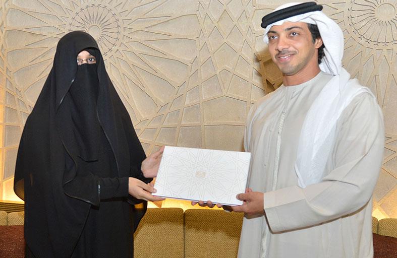 منصور بن زايد يستقبل المهندسة فاطمة الزعابي
