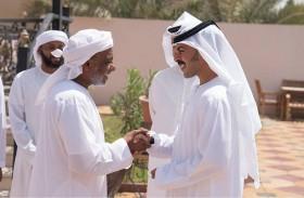 خليفة بن طحنون يقدم واجب العزاء لأسرة الشهيد عاشور
