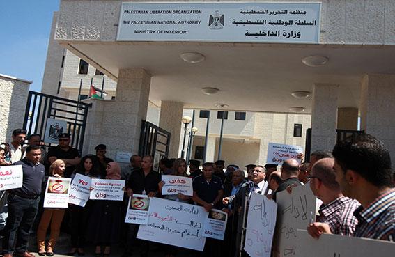 صحفيون يتظاهرون في رام الله احتجاجاً على الاعتداء عليهم