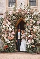 """الأميرة بياتريس وإدواردو مابيلي موزي يغادران الكنيسة الملكية في رويال لودج بعد زفافهما، في وندسور، بريطانيا. """"رويترز»"""