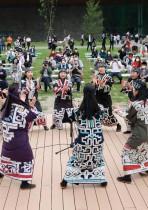 راقصات يؤدين رقصة تقليدية خارج متحف وحديقة أينو الوطنية الجديدة في شيراوي في منطقة هوكايدو شمال اليابان بهدف تسليط الضوء على السكان الأصليين من شعب الأينو وثقافتهم. ا ف ب