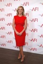 الممثلة ريس ويذرسبون خلال حضورها حفل عشاء جوائز (AFI 2017) في لوس أنجلوس.     (رويترز)