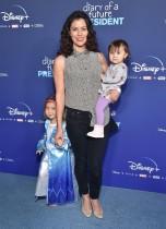 أوليفيا مارشال مع طفليها كيسي دكاناي وتالا مارشال خلال حضورهن إلى العرض الأول لفيلم يوميات  رئيس المستقبل في ديزني، كاليفورنيا.  أ ف ب