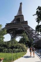 زوار يصلون إلى برج إيفل مع إعادة الفتح الجزئي للبرج في باريس، بعد إغلاق دام ثلاثة أشهر بسبب فيروس كورونا.ا ف ب