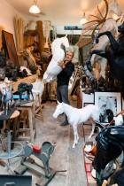 النحات الفرنسي أرنو كاسبر  مواليد عام 1962 أثناء جلسة تصوير بالأستوديو الخاص به في آسنيير سور سين في ضواحي باريس. (ا ف ب)