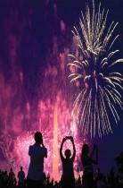 الناس يشاهدون الألعاب النارية فوق نصب واشنطن التذكاري خلال احتفالات عيد الاستقلال في واشنطن. (رويترز)