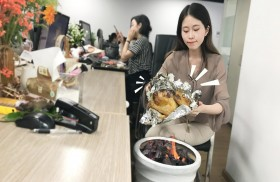 تطهو دجاجة في مكتب العمل