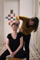 الطالبة رايك تقص شعر زميلتها سيلين في شقة مشتركة في دورتموند ، غرب ألمانيا، وسط جائحة فيروس كورونا الجديد. أ ف ب