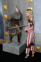 """أحد الممثلين يمزح مع الممثلة أنابيل واليس خلال حضورها العرض الأول لفيلم """"كينغ آرثر: أسطورة السيف"""" بمسرح TCL الصيني في هوليوود. (رويترز)"""