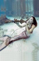 فتاة تدعى ماريا رينولدز تعزف مقطوعة موسيقية في مهرجان الموسيقى تحت الماء في فلوريدا.   (رويترز)