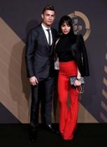 لاعب كرة القدم البرتغالي كريستيانو رونالدو وصديقته جورجينا رودريغيز لدى وصولهما لحضور جوائز قوينا في لشبونة ، البرتغال.  (رويترز)